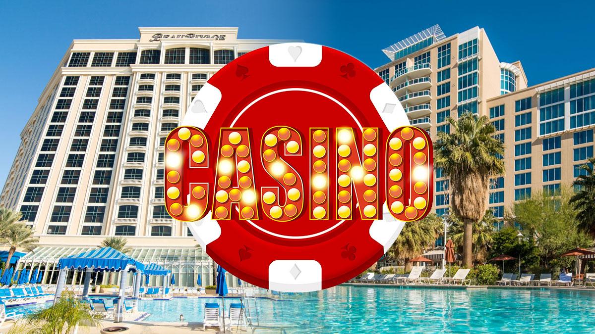Teks Casino pada Chip Poker Dengan Latar Belakang Hotel