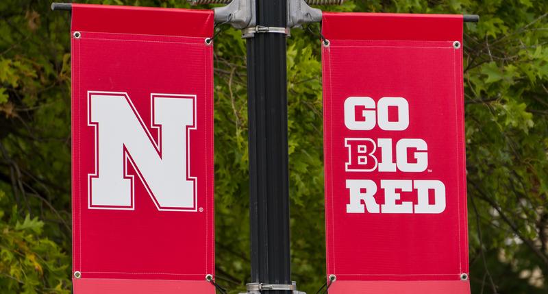 Pelatih Sepak Bola Universitas Legendaris Berbicara Melawan Inisiatif Perjudian yang Diperluas di Nebraska