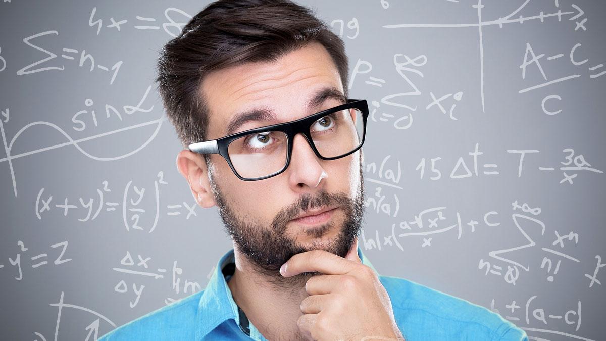 Orang Berpikir Dengan Latar Belakang Papan Persamaan Matematika